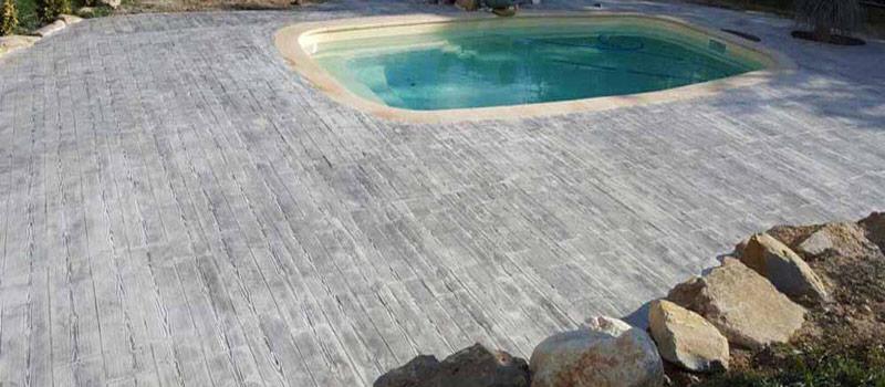 Pourquoi opter pour une plage de piscine en béton décoratif ?